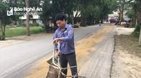 Người tham gia giao thông thoát nạn nhờ nhân viên gác chắn rải cát chống trơn trượt