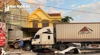 Xe container đâm văng xe tải xuyên nhà dân trong đêm ở Nghệ An