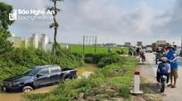 Tránh cán qua người cụ ông, xe bán tải lao xuống mương nước bên Quốc lộ 1A
