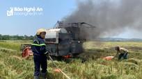 Máy gặt lúa bốc cháy giữa đồng