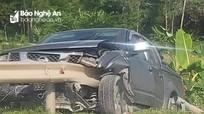 Người phụ nữ lái xe bán tải đâm thấu lan can sắt bên đường