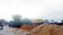 Nghệ An: Ô nhiễm môi trường, nguy cơ tai nạn từ những bãi tập kết vật liệu trái phép