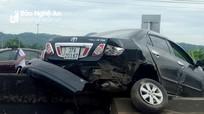 Va chạm với xe tải, xe ô tô con nằm vắt ngang giải phân cách