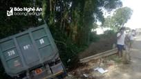 Xe tải mất lái tông sập lan can trên quốc lộ 7