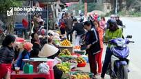 Dân đổ ra đường bán hàng, một chợ thị trấn ở Nghệ An vắng hoe khách