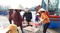 Tàu thuyền về tránh gió mùa, hàng trăm tấn hải sản cập cảng cá Nghệ An