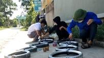 Dùng lốp, xích xe máy cũ làm phao cứu sinh trên sông Đào ở Yên Thành