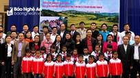 """Nhóm thiện nguyện """"Niềm tin"""" trao 100 triệu đồng và áo ấm cho học sinh Kỳ Sơn"""