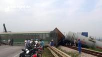 Nghệ An: Tông phải xe tải, 4 toa tàu hỏa lật khỏi đường ray, chắn ngang Quốc lộ 1A