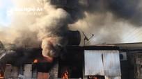 Lửa bùng phát từ ki ốt bán vàng mã, hàng trăm người hô hoán dập lửa cứu chợ
