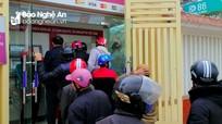 Người dân chen chúc rút tiền tại ATM ngày cận Tết