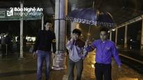 Người dân Nghệ An đội mưa rét, lên tàu rời quê sau Tết