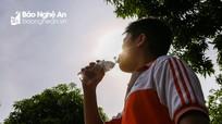 Học sinh Nghệ An 'đội nắng, chống nóng' đến trường