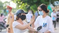 Hình ảnh đẹp của phụ huynh Nghệ An đồng hành cùng sĩ tử Kỳ thi THPT