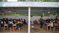 Trường xuống cấp nguy hiểm, học sinh Nghĩa Đàn 'rét run' ngồi học trong gara xe đạp