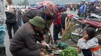 Phiên chợ biên cận Tết đắt hàng đặc sản chuột rừng