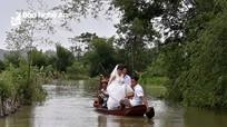 Nghệ An: Dùng thuyền rước dâu ngay trên đường làng