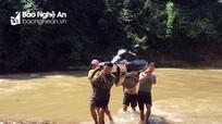 Nghệ An: Giáo viên cõng xe, lội suối vào bản gọi học sinh đến trường