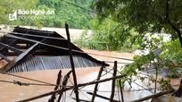 Hàng chục ngôi nhà ở miền Tây Nghệ An ngập nước đến tận nóc do mưa lũ