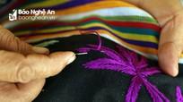 Tranh thủ nông nhàn, phụ nữ vùng cao thêu thổ cẩm tăng thu nhập