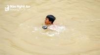 Trẻ em lặn sông mò sắt vụn giữa giá rét