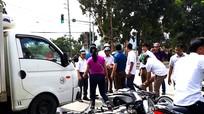 Ô tô tông hàng loạt xe máy khi dừng đèn đỏ