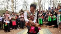 """""""Say"""" tiếng khèn, điệu múa tại hội đền Vạn - Cửa Rào"""