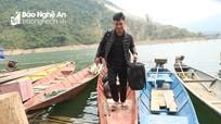 Nghệ An: Sắm thuyền đi dạy học ở lòng hồ Bản Vẽ