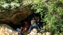 Nóng như rang, người dân Nghệ An vào hang, dựng lều bên suối tránh nắng