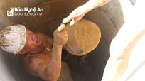 Nắng nóng, nông dân Nghệ An khoan giếng sâu cả chục mét tưới rau