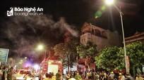 Cháy lớn bao trùm một ảnh viện áo cưới ở thành phố Vinh