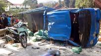 Người dân thu gom hàng giúp tài xế xe tải bị lật trên Quốc lộ 7
