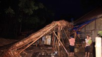 Lốc xoáy làm sập nhà dân ở Quỳ Châu