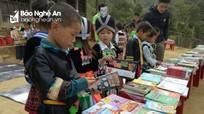 Học sinh huyện vùng cao nhận nhiều món quà đến từ TP Hồ Chí Minh