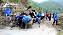 Thanh niên phá đá giải phóng đoạn đường sạt lở