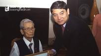 Bí thư Tỉnh ủy Nguyễn Đắc Vinh trao Huy hiệu 70 năm tuổi Đảng