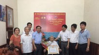 Phó Bí thư Tỉnh ủy trao Huy hiệu 70 tuổi Đảng tặng đảng viên lão thành