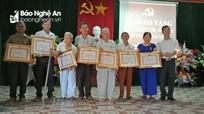 Trao Huy hiệu Đảng cho các đảng viên cao tuổi