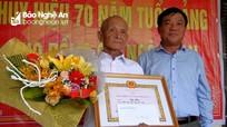 Bí thư Thành ủy Vinh trao Huy hiệu 70 tuổi Đảng tặng đảng viên lão thành