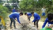 Quế Phong: Thanh niên giúp dân làm đường giao thông
