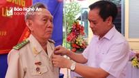 Trưởng Ban Tổ chức Tỉnh ủy trao Huy hiệu 70 năm tuổi Đảng