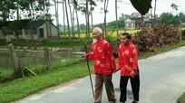 Cặp vợ chồng 90 tuổi cùng nhận Huy hiệu 70 tuổi Đảng