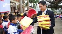 Công ty Dai-ichi Việt Nam và Bưu điện Nghệ An tặng 150 suất quà cho học sinh nghèo Anh Sơn