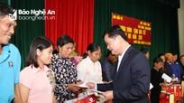 Chủ tịch UBND tỉnh trao quà cho người nghèo huyện Nam Đàn