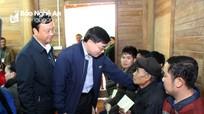 Phó Bí thư Tỉnh ủy Nguyễn Văn Thông tặng quà, chúc Tết tại huyện Tương Dương