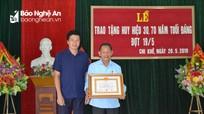 Con Cuông: Trao Huy hiệu 70 tuổi Đảng