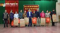 Đồng chí Lê Quang Huy tặng quà, chúc Tết người nghèo tại huyện Đô Lương