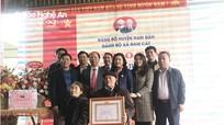Lãnh đạo Tỉnh ủy trao tặng Huy hiệu 60 tuổi Đảng tại xã Nam Cát (Nam Đàn)
