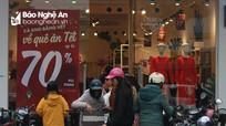 Ngày cuối năm, nhiều cửa hàng đồng loạt giảm giá để thu hút người mua