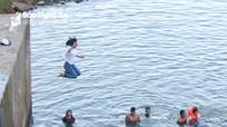 Nhảy đập, tắm suối - nguy cơ đuối nước với trẻ em miền núi